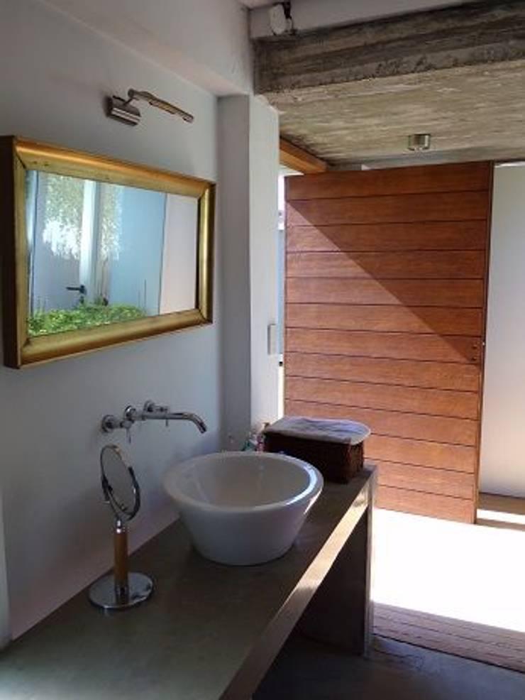 Casa de madera en VILLA ELISA – La Plata: Baños de estilo  por juan olea arquitecto