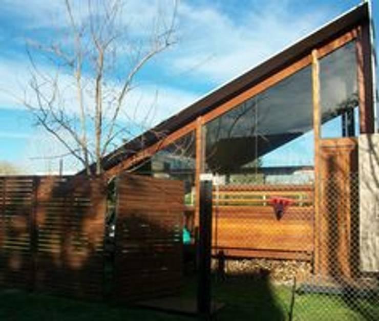 Casa de madera en VILLA ELISA – La Plata: Casas de estilo  por juan olea arquitecto
