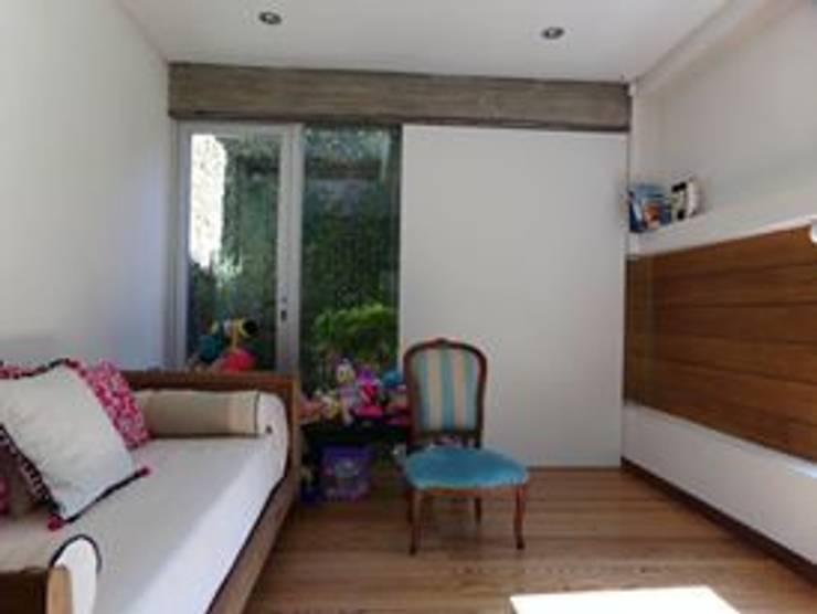 Casa de madera en VILLA ELISA – La Plata: Dormitorios infantiles de estilo  por juan olea arquitecto