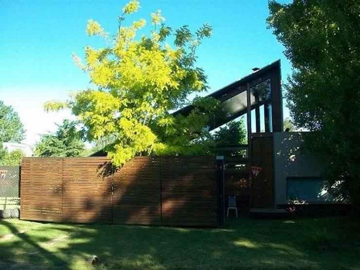 Casa de madera en VILLA ELISA – La Plata: Terrazas de estilo  por juan olea arquitecto