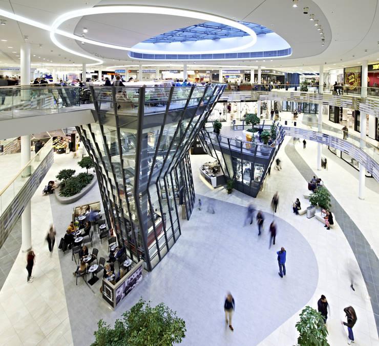 Centro Comercial Milaneo en la plaza Mailänder Platz:  de estilo  de TBI Architecture & Engineering