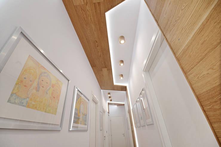 Il nastro di legno. Particolare.: Ingresso & Corridoio in stile  di atelier qbe3