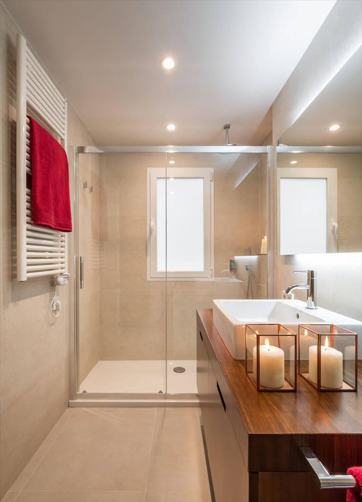 Ванные комнаты в . Автор – Laura Yerpes Estudio de Interiorismo, Модерн