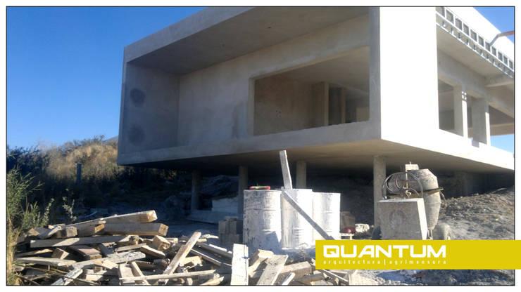 EN OBRA. FACHADA PRINCIPAL. VIVIENDA RM.: Casas de estilo  por Betiana Denardi   Arquitecta