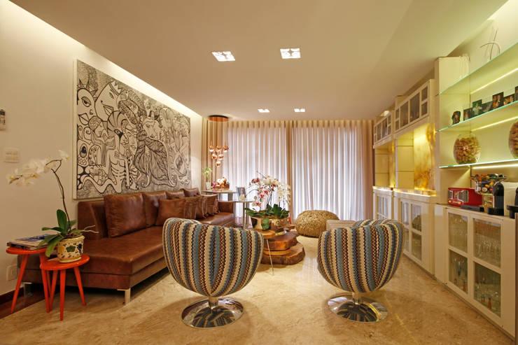 Estar íntimo: Salas de estar  por Jacqueline Ortega Design de Ambientes