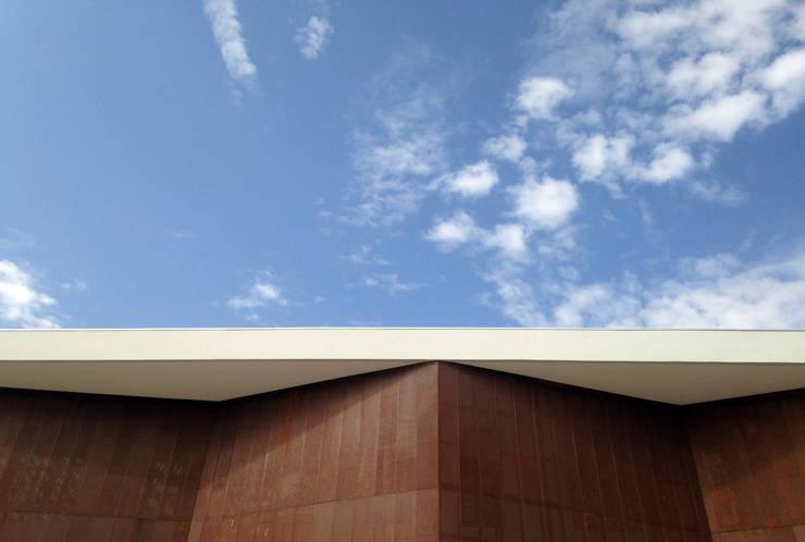 Colegio Alemán Chicureo: Casas de estilo  por Lambiasi Westenenk Arquitectos