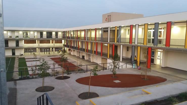 Colegio Alemán Chicureo: Terrazas de estilo  por Lambiasi Westenenk Arquitectos