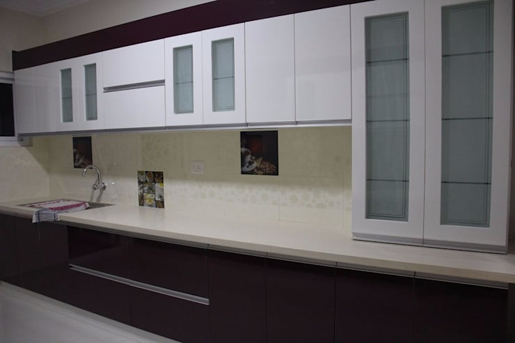 BhubanaGreenModularKitchen: classic Kitchen by Uniheights Interio PVT LTD