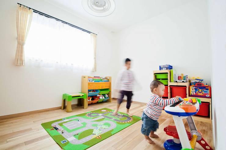 自然素材に包まれた石屋根の家: 遊友建築工房が手掛けた子供部屋です。