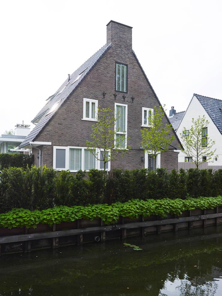 Monument aan de waterkant – vergunningsvrije uitbreiding:  Huizen door ENZO architectuur & interieur, Modern Stenen