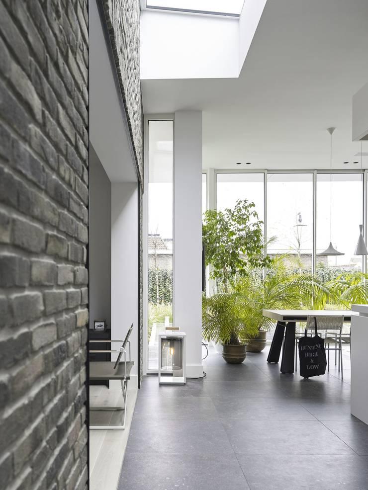 Monument aan de waterkant – vergunningsvrije uitbreiding:  Keuken door ENZO architectuur & interieur, Modern