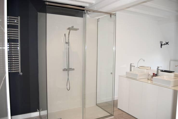 Banheiros modernos por EKIDAZU