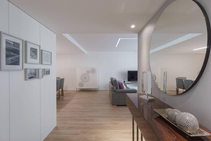 Hall: Corredor, hall e escadas  por Zenaida Lima Fotografia