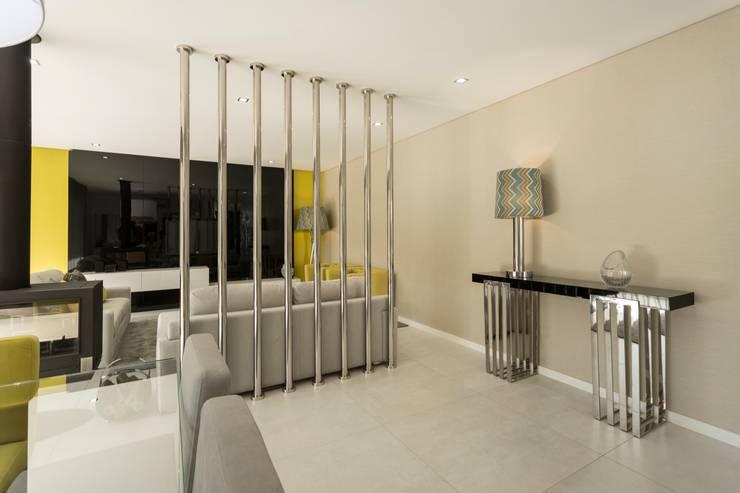 M. CANAVESES . INTERDESIGN: Sala de estar  por Interdesign Interiores