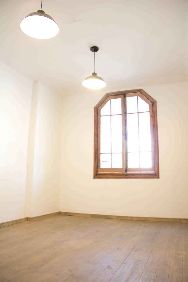 Recuperación de ventana y piso: Ventanas de estilo  por Arquitectura + Diseño OK ADOK