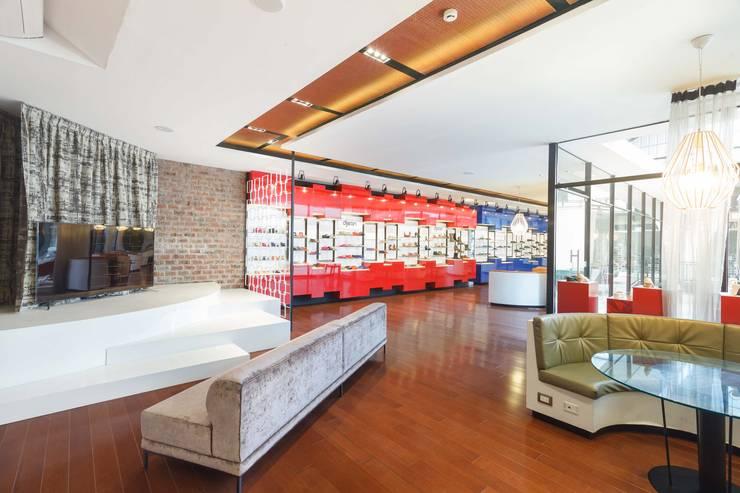 Showroom Calzados Azaleia Peru: Oficinas y Tiendas de estilo  por Oneto/Sousa Arquitectura Interior,