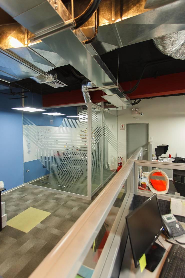 oficinas Calzados Azelia Peru: Oficinas y Tiendas de estilo  por Oneto/Sousa Arquitectura Interior