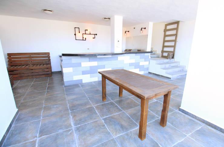 Area social en espacio semi abierto.: Terrazas de estilo  por D.I. Pilar Román