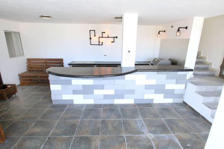 Loseta de cemento : Terrazas de estilo  por D.I. Pilar Román