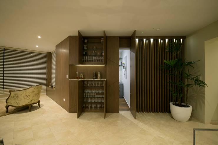 Departamento Malecon Miraflores: Pasillos y vestíbulos de estilo  por Oneto/Sousa Arquitectura Interior