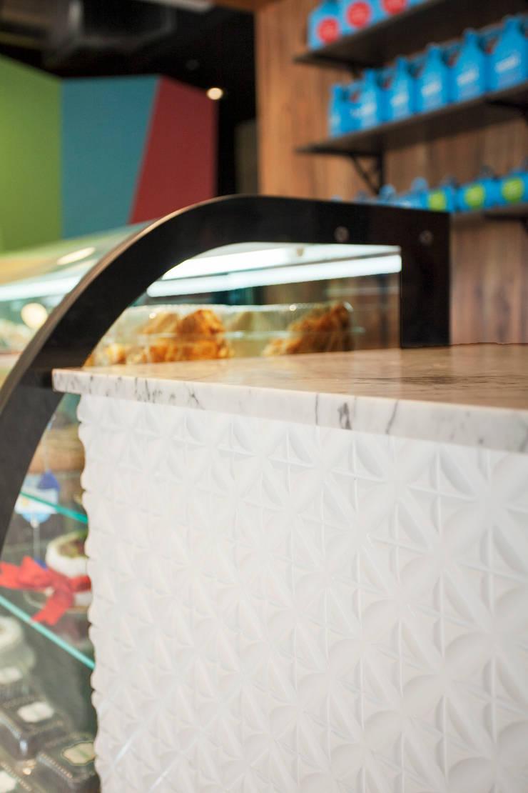 Pasteleria Tortatti: Restaurantes de estilo  por Oneto/Sousa Arquitectura Interior,