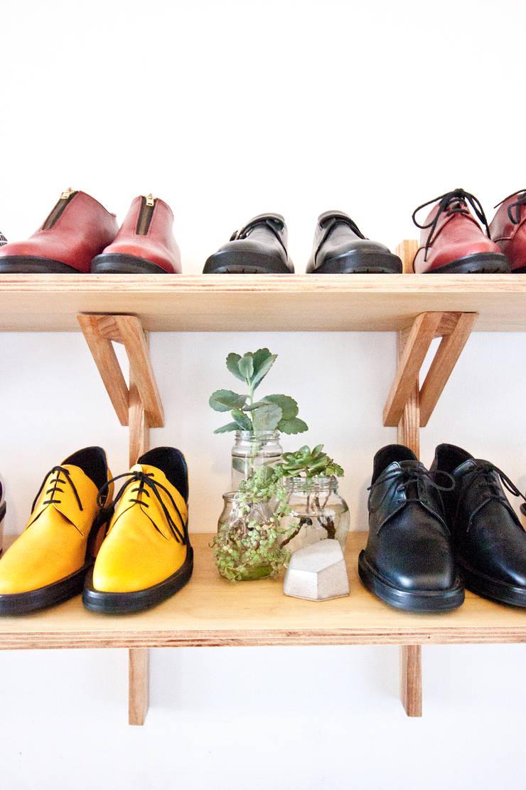 Exhibidor a medida: Oficinas y locales comerciales de estilo  por CA.ZA