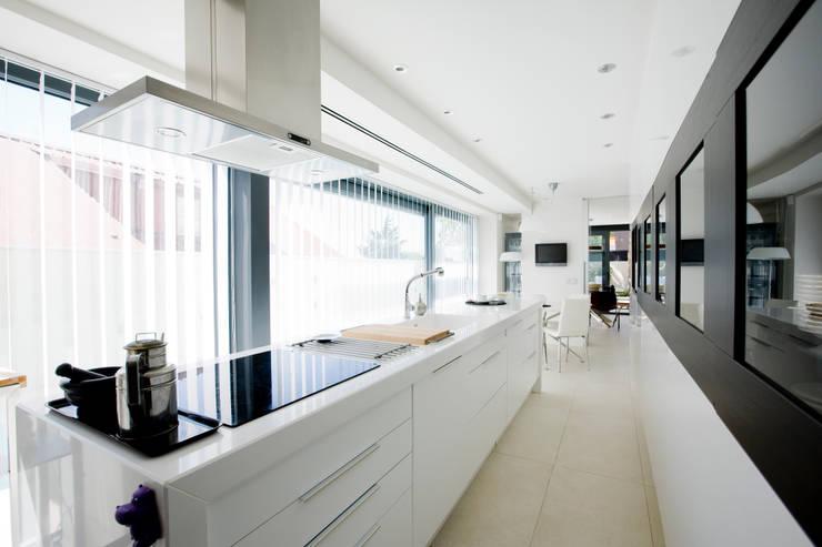 Vivienda unifamiliar minimalista: Cocinas de estilo  de RENHOGAR