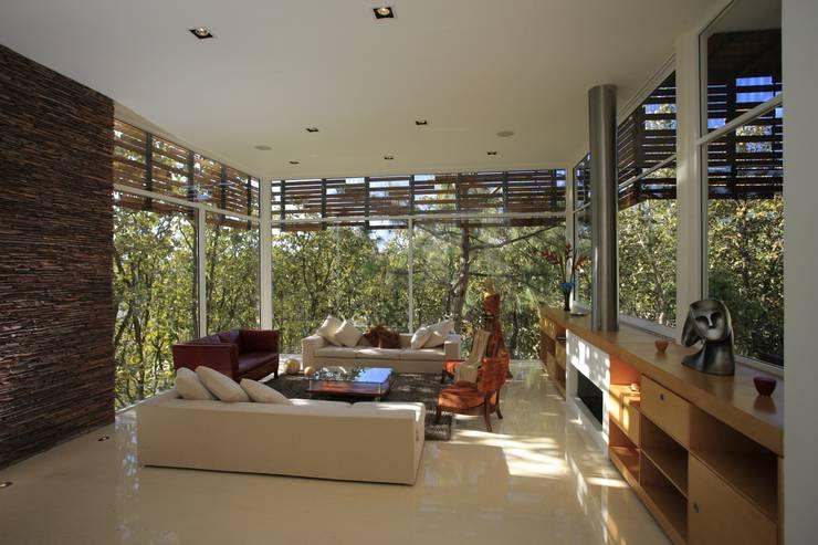 Wohnzimmer von Echauri Morales Arquitectos