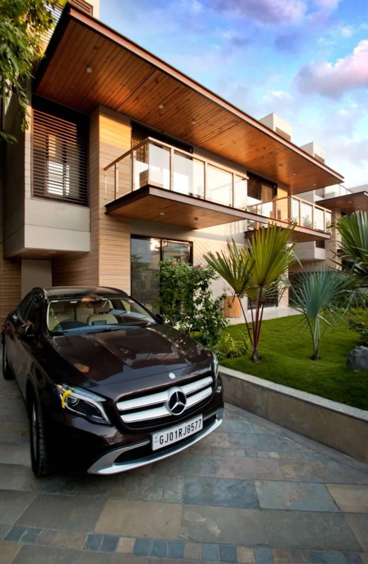 Ahaan Villa—Ahmedabad:  Houses by OPENIDEAS