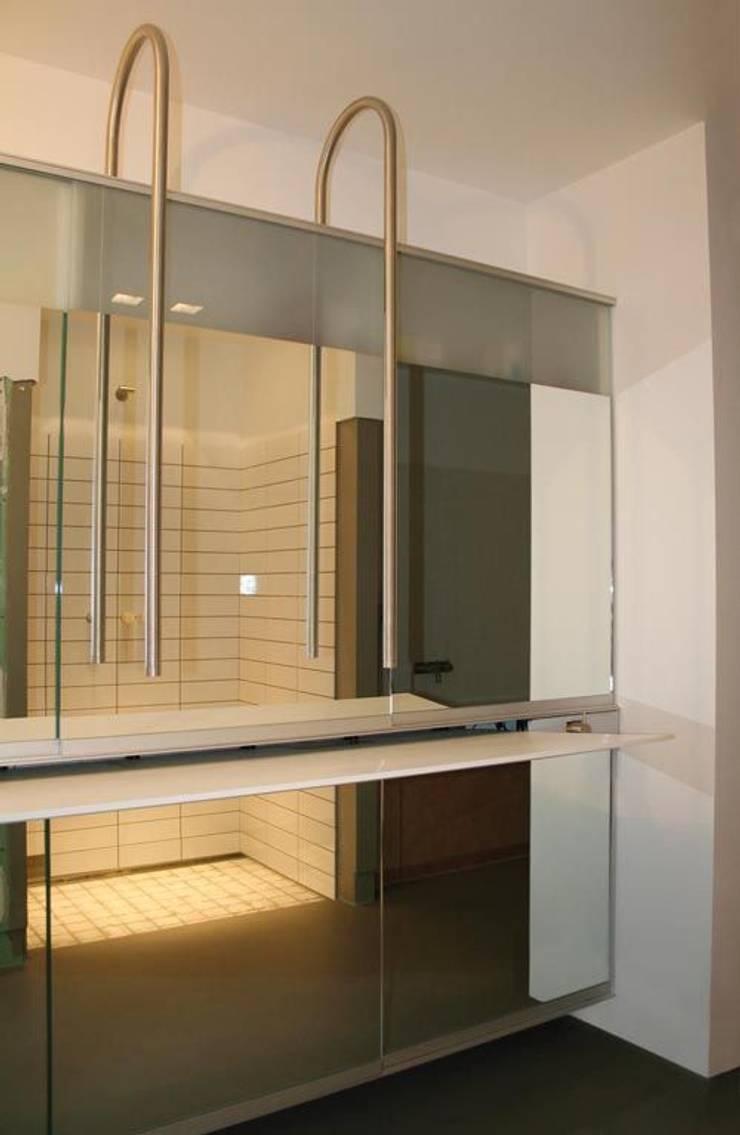 Baños de estilo  de bv Mathieu Bruls architect, Moderno