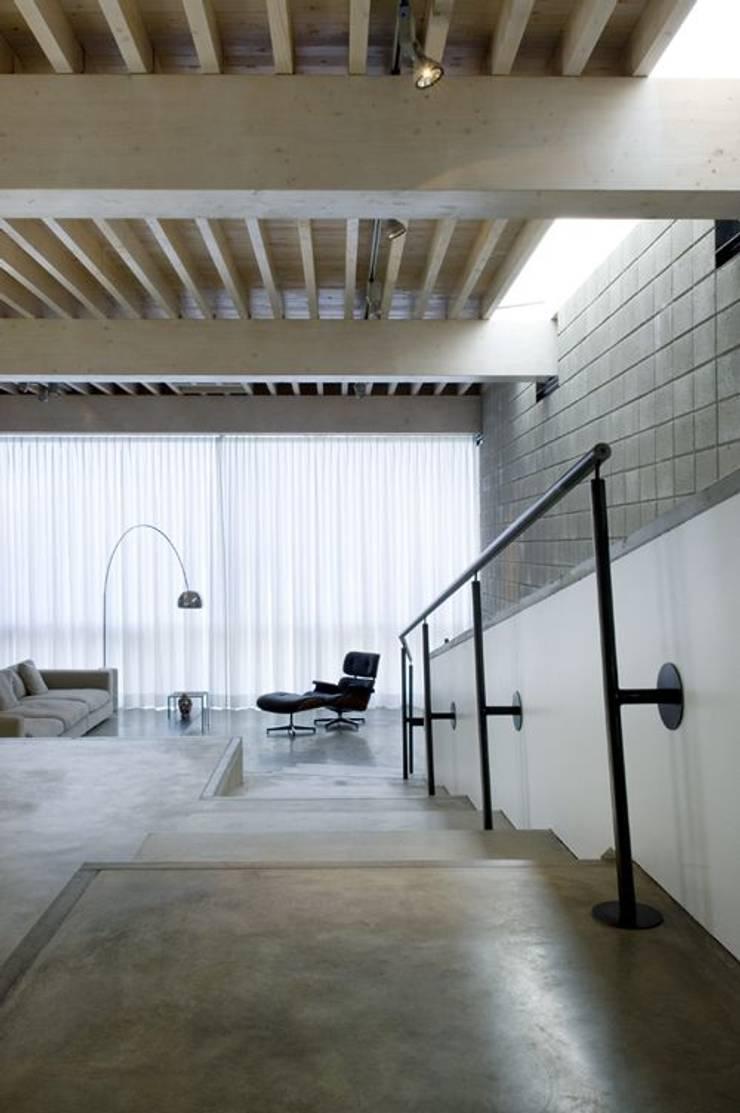 Woonhuis Wijnhoven - Beijnsberger:  Woonkamer door bv Mathieu Bruls architect, Modern