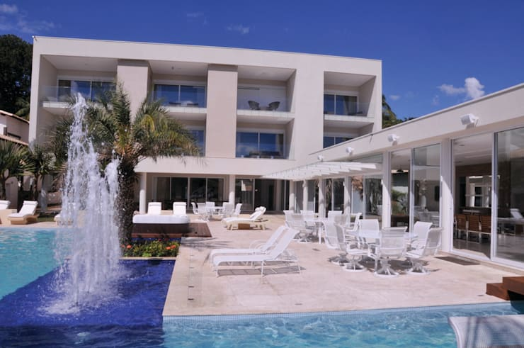 Deck e piscina com geisers: Piscinas modernas por A/ZERO Arquitetura