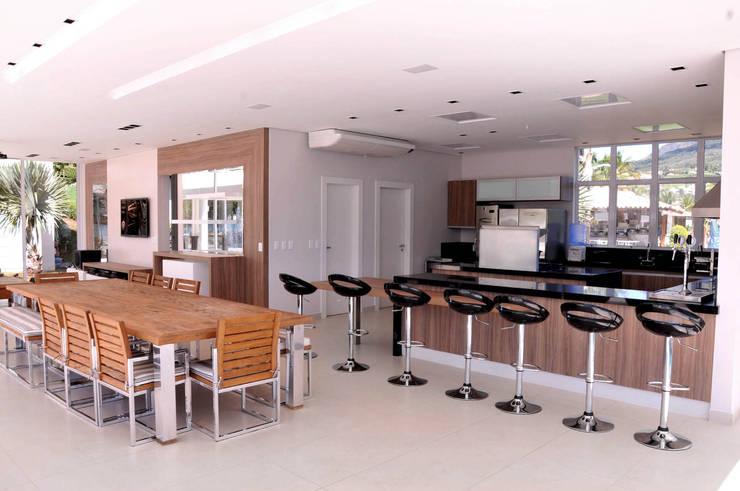 Cocinas de estilo moderno por A/ZERO Arquitetura