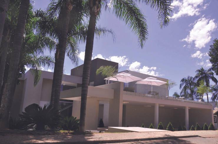 Fachada Frontal com terraço: Casas modernas por A/ZERO Arquitetura