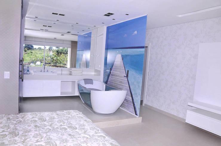 Suíte com banheiro integrado: Banheiros  por A/ZERO Arquitetura