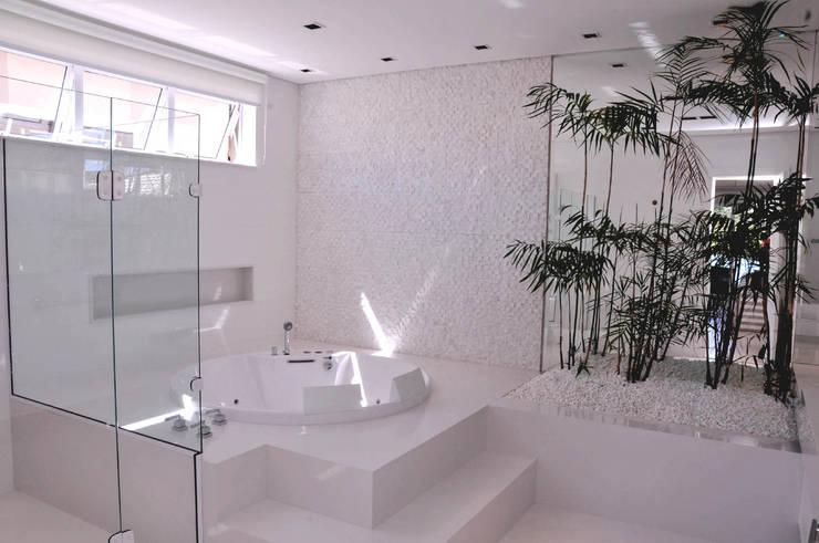 Banheiro Suíte Master: Banheiros  por A/ZERO Arquitetura