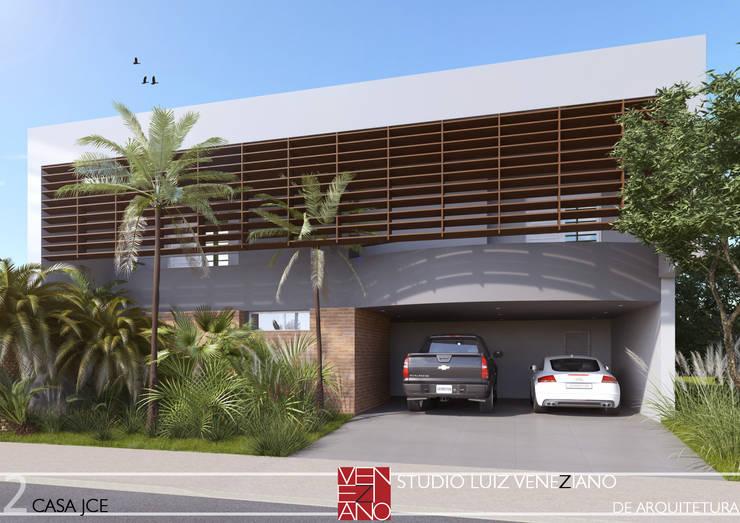 Houses by STUDIO LUIZ VENEZIANO