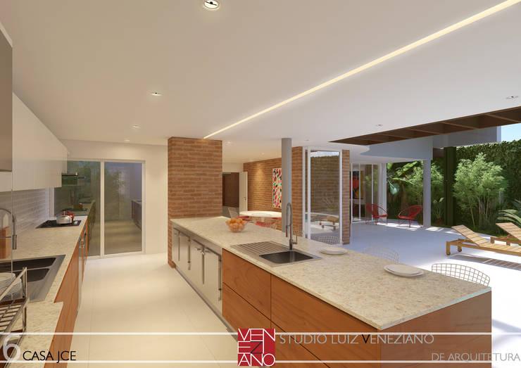 modern Kitchen by STUDIO LUIZ VENEZIANO