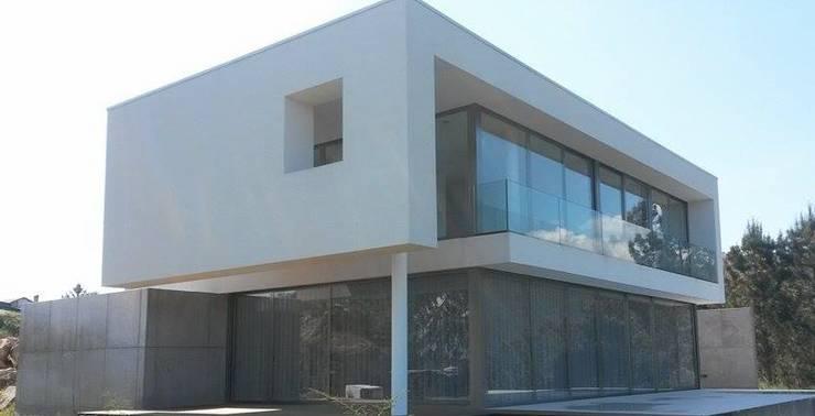 Casa de Molares: Casas  por Hugo Pereira Arquitetos