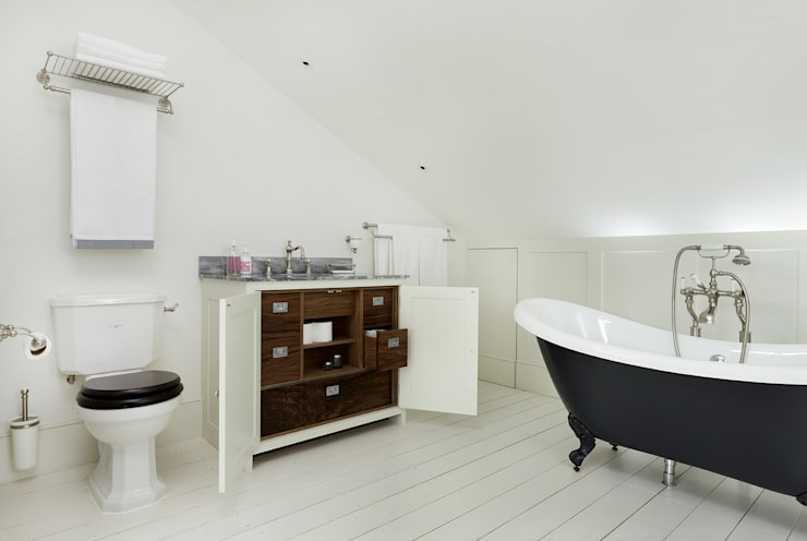 BATHROOMS: TRADITIONAL-STYLE BATHROOM:  Bathroom by Cue & Co of London