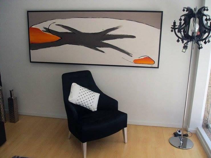 ALMOFADAS CHANNEL: Sala de estar  por IP Decor Design & Concept
