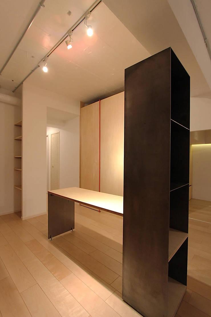 ブラックBOX: studio m+ by masato fujiiが手掛けたキッチンです。