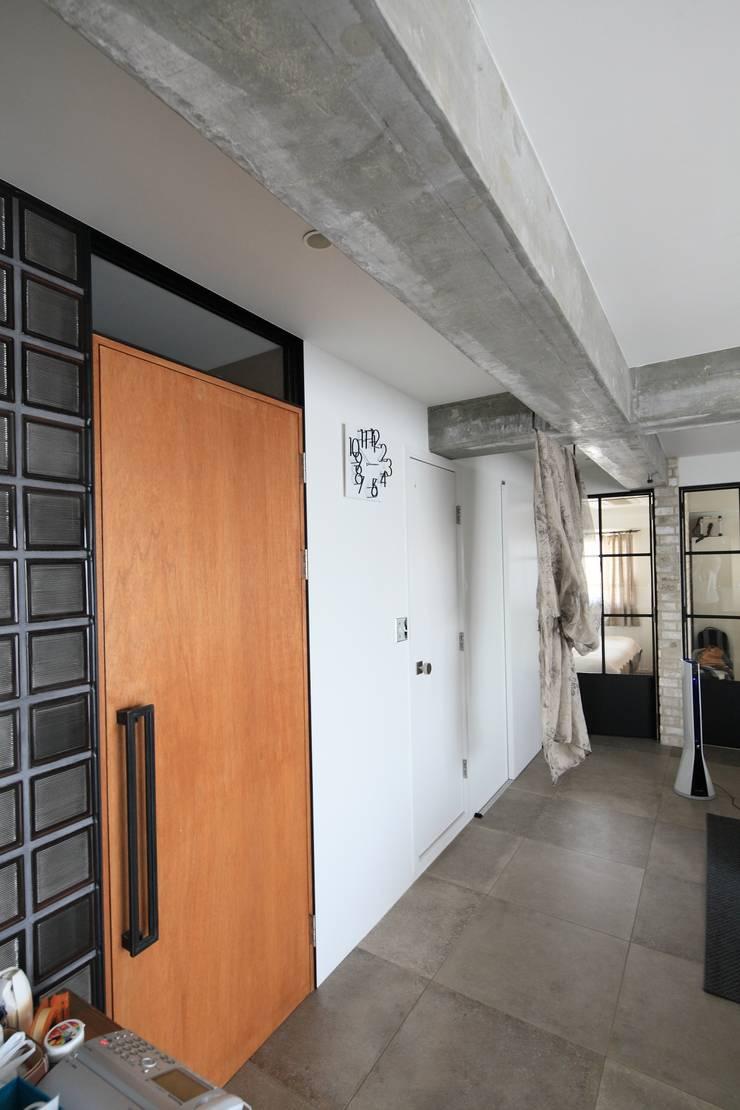 無垢扉: studio m+ by masato fujiiが手掛けた窓です。,