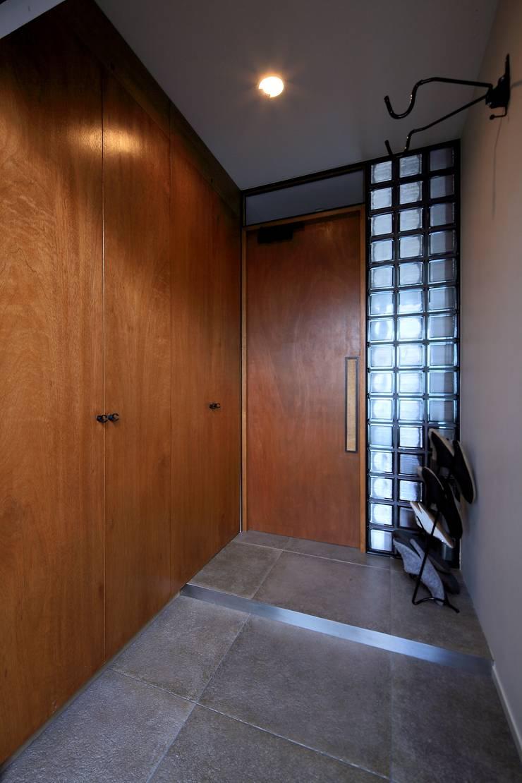玄関: studio m+ by masato fujiiが手掛けた廊下 & 玄関です。,