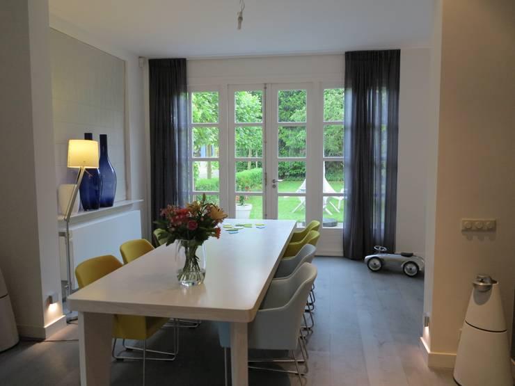 Eetkamer, overgang aanbouw met bestaande woning is vloeïend gemaakt. :  Eetkamer door ARX-interieur