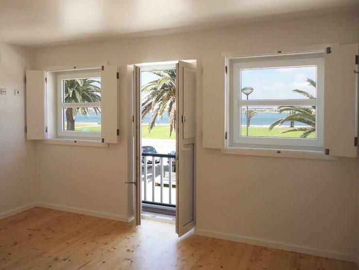 Entrada/ Sala de estar - DEPOIS: Corredores e halls de entrada  por GAAPE - ARQUITECTURA, PLANEAMENTO E ENGENHARIA, LDA