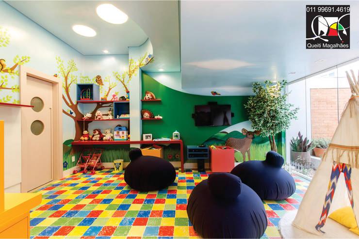 Dormitorios infantiles de estilo moderno por Queiti Magalhães Arquitetura e Decorações