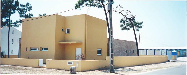 Alçado principal e lateral: Casas  por GAAPE - ARQUITECTURA, PLANEAMENTO E ENGENHARIA, LDA