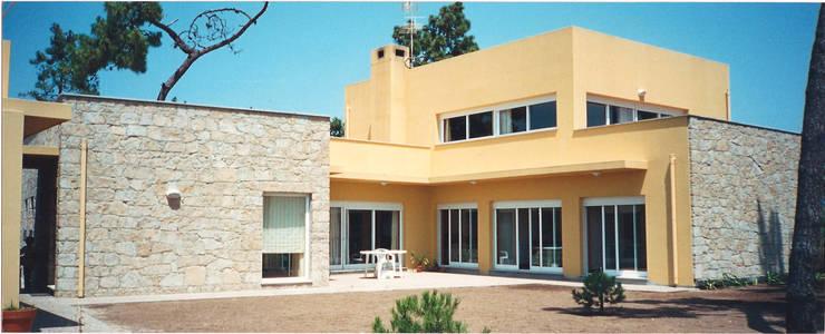 Alçado posterior/ Jardim interior: Casas  por GAAPE - ARQUITECTURA, PLANEAMENTO E ENGENHARIA, LDA