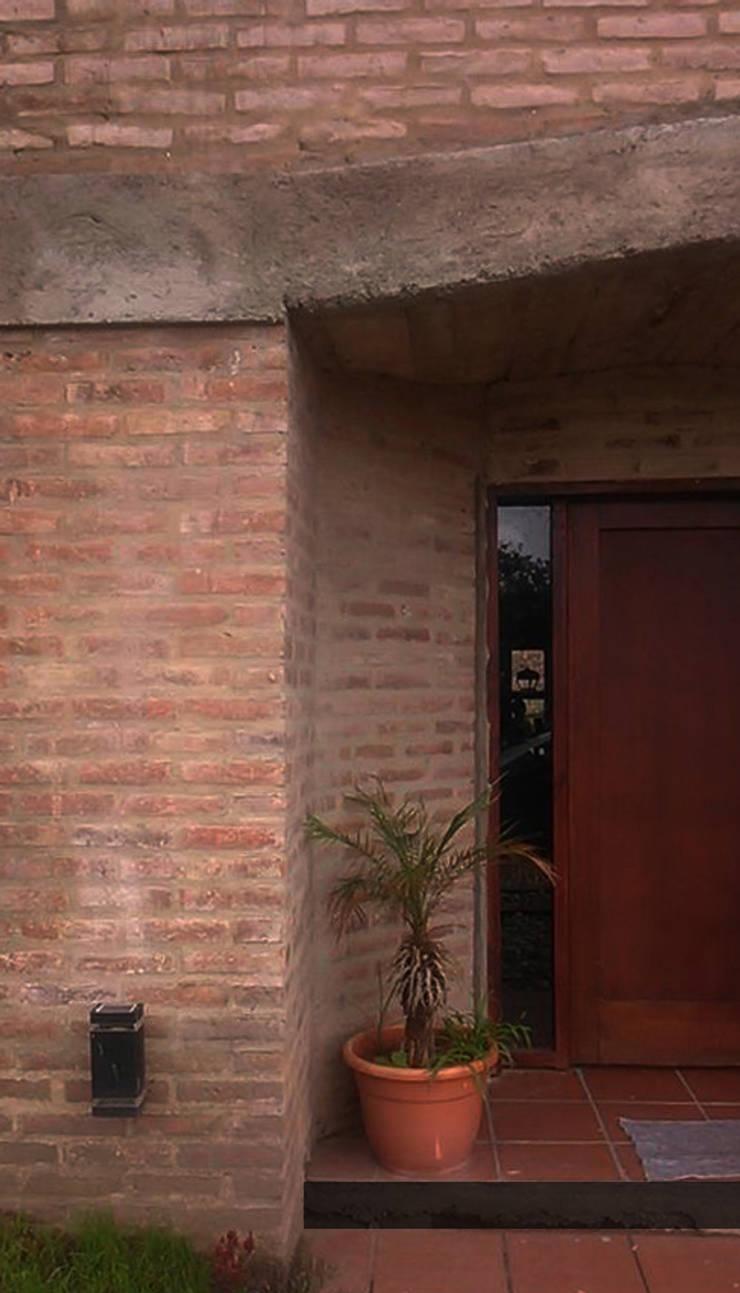 Casa en terrazas de la Estanzuela - La Calera - Cordoba - Argentina: Casas de estilo  por Alejandro Asbert Arquitecto,